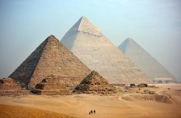 piramitleri - i̇nsan yapımı yapı stok fotoğraflar ve resimler