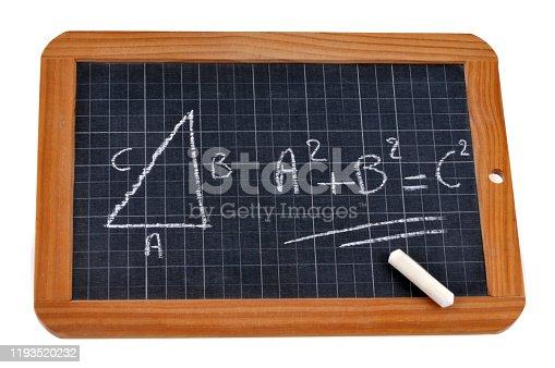 ardoise d'école avec une équation écrite dessus avec une craie