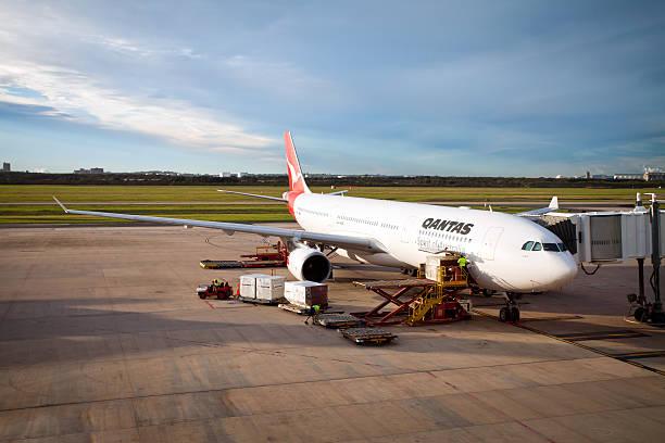 qantas airbus a330'cairns'parcheggiate all'aeroporto internazionale di brisbane australia - qantas foto e immagini stock