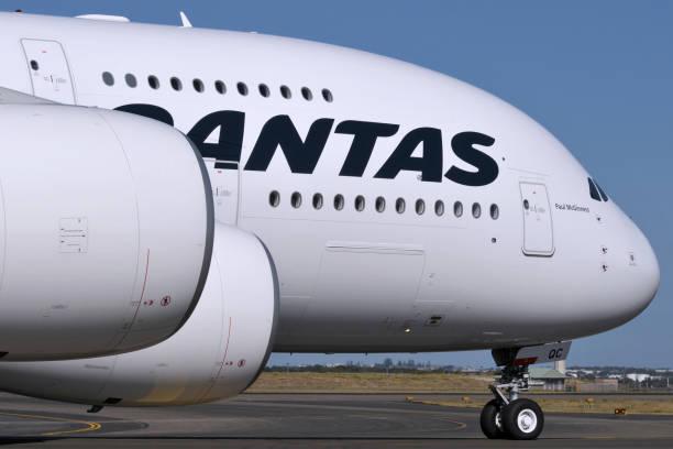 qantas airbus a380 superjumbo in sydney australia - qantas foto e immagini stock