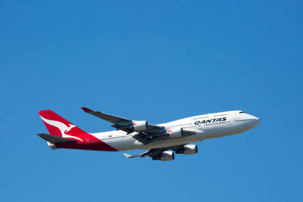 qantas boeing 747-400 flying - qantas foto e immagini stock