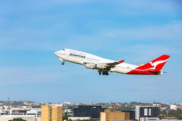 qantas longreach 747 airplane departing sydney airport - qantas foto e immagini stock