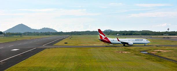 qantas aereo in aeroporto di cairns, queensland in australia - qantas foto e immagini stock