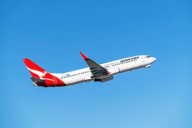 qantas aereo decolla da melbourne aeroporto - qantas foto e immagini stock