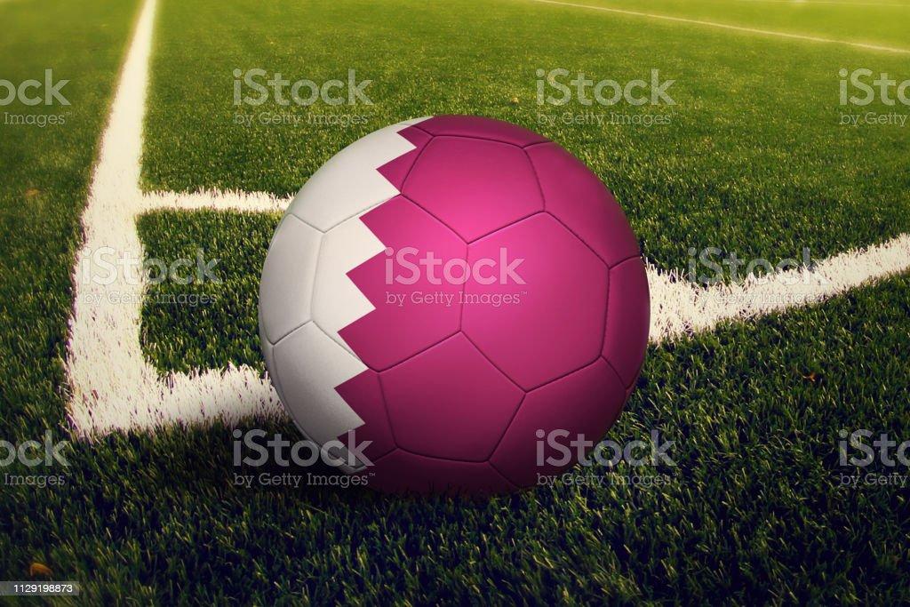 Bola en posición de tiro de esquina, Fondo de campo de fútbol de Qatar. Tema de fútbol en pasto verde. - foto de stock