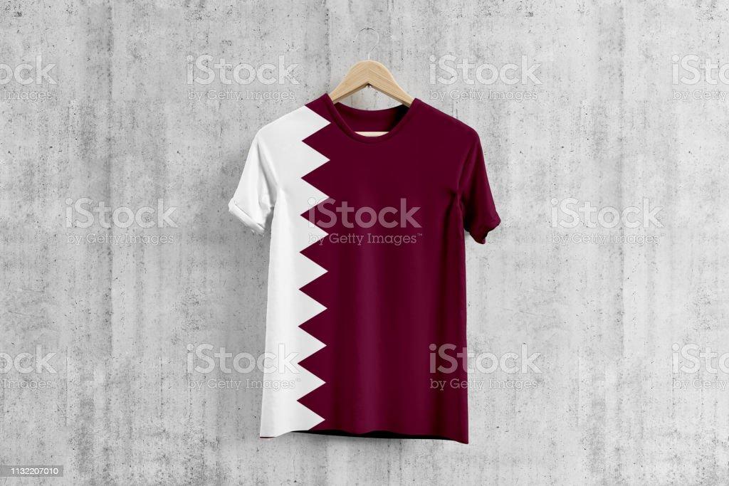 Camiseta de la bandera de Qatar en la suspensión, idea del diseño uniforme del equipo de QATARI para la producción de la ropa Desgaste nacional. - foto de stock