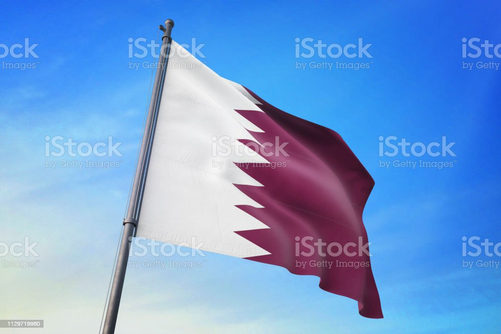 Bandera de Qatar ondeando en el cielo azul - foto de stock
