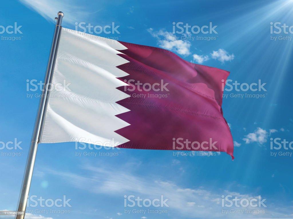 Qatar nacional bandera ondeando en polo fondo soleado cielo azul. Alta definición - foto de stock