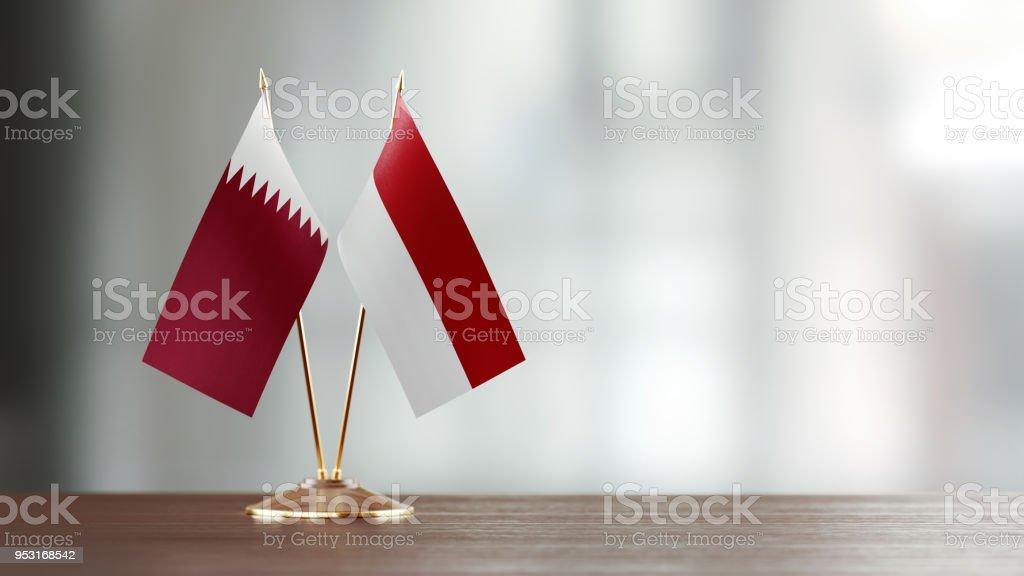 Bandera Indonesia y Qatar par en un escritorio sobre fondo Defocused - foto de stock
