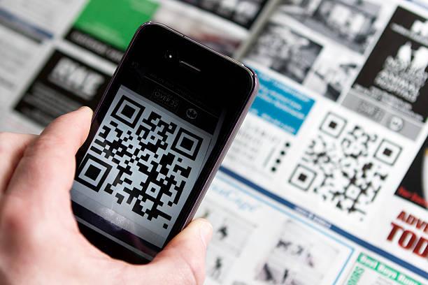 qr-код и отделением для смартфона - hand holding phone стоковые фото и изображения