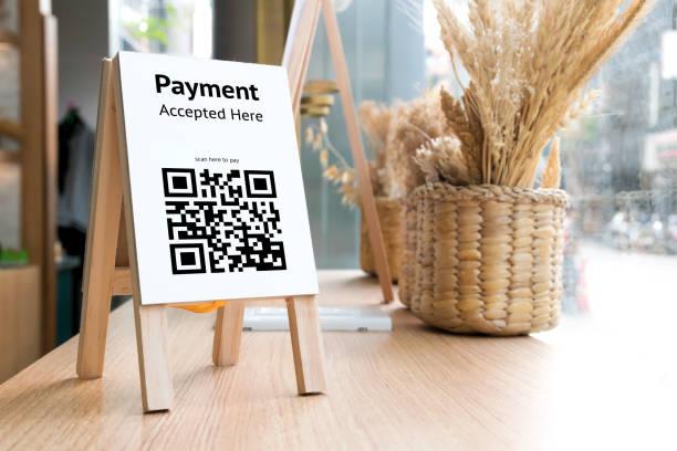 QR Code Zahlung, Online-shopping, bargeldlose Gesellschaft Technologiekonzept. Coffee-Shop akzeptiert digitalen Pay-TV ohne Geld, Holz-Tag auf den Tisch. – Foto