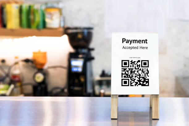 QR código pago, compras en línea, concepto de tecnología de la sociedad sin dinero en efectivo. Coffee shop acepta digital paga sin dinero, etiqueta del soporte de madera en tabla. - foto de stock