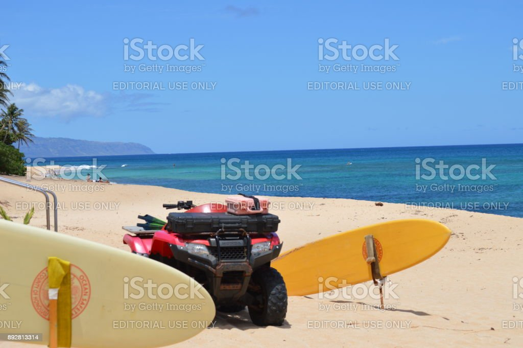 Quad y tabla salvavidas en playa de req de A. 11 de julio de 2017. Oahu, Hawaii, USA, EEUU. - foto de stock