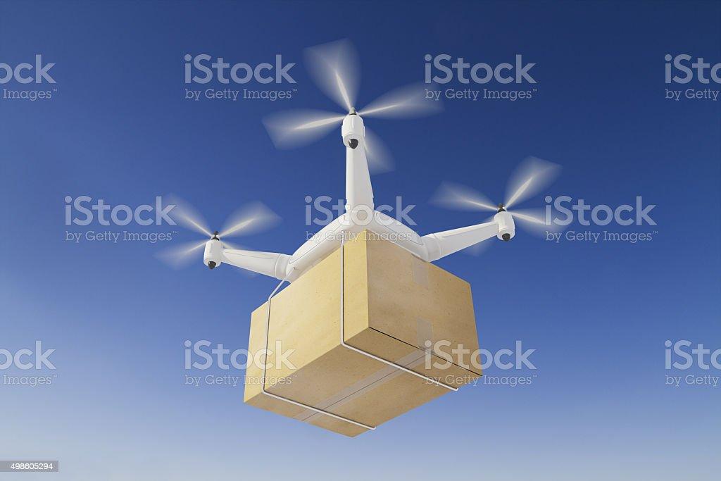 Quadcopter entregas una caja en el cielo azul - foto de stock