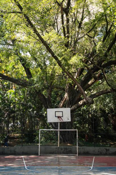 Quadra de basquete, campo de futebol - esporte ao ar livre na cidade Cesta de Basket em quadra pública de Belo Horizonte futebol stock pictures, royalty-free photos & images