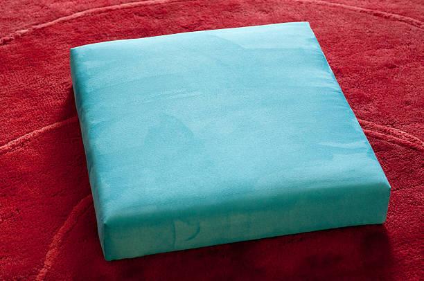 quadratic ottomane - teppich hellblau stock-fotos und bilder