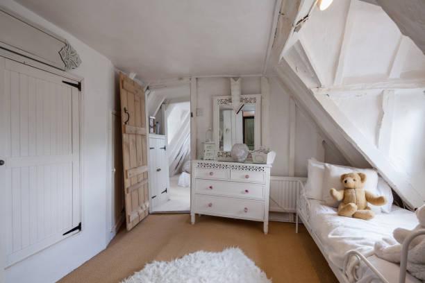 urige hütte englischen schlafzimmer - cottage schlafzimmer stock-fotos und bilder