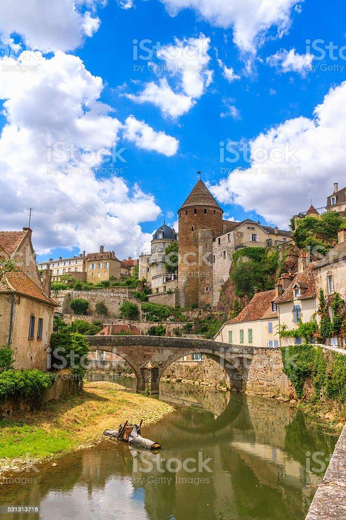 Malerischen Fluss durch die mittelalterliche Stadt Sémur-en-Auxois - Lizenzfrei Alt Stock-Foto