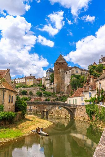 Malerischen Fluss Durch Die Mittelalterliche Stadt Sémurenauxois Stockfoto und mehr Bilder von Alt