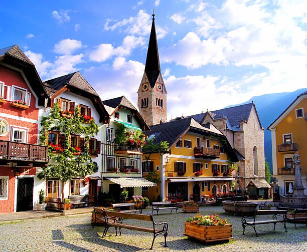 malerische square in der österreichischen dorf hallstatt - österreichische kultur stock-fotos und bilder