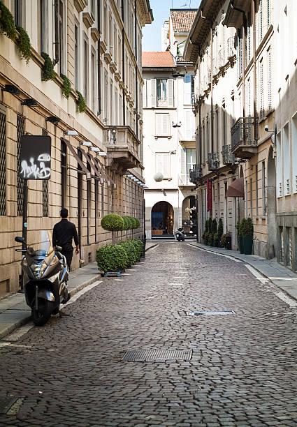 quaint street in milan - lecco lombardije stockfoto's en -beelden