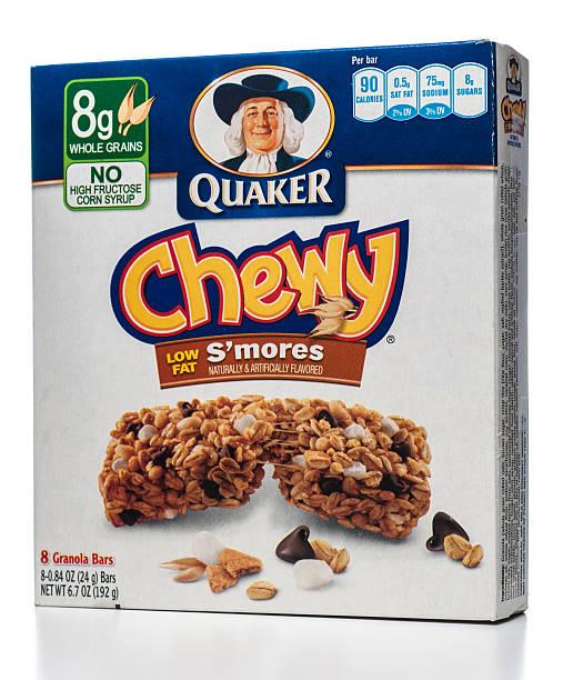 quaker chewy low fat granola bars box - kauwgomachtig stockfoto's en -beelden