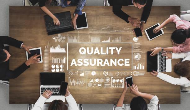 kwaliteitsborging en kwaliteitscontrole concept van qa - kwaliteitscontroleur stockfoto's en -beelden