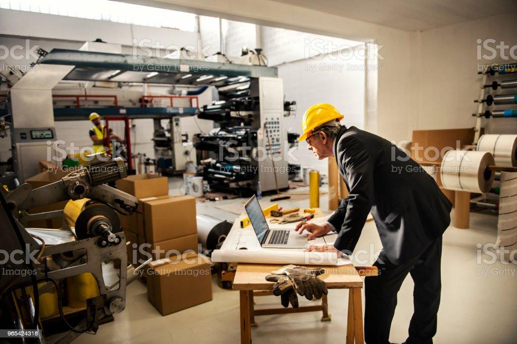 Equipe de inspetores de qualidade na fábrica - Foto de stock de Adulto royalty-free
