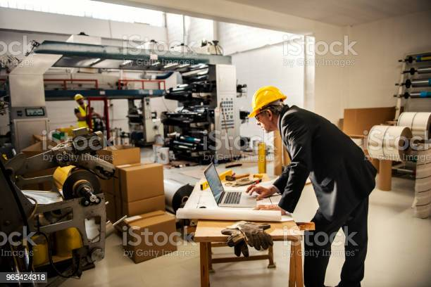 Foto de Equipe De Inspetores De Qualidade Na Fábrica e mais fotos de stock de Adulto