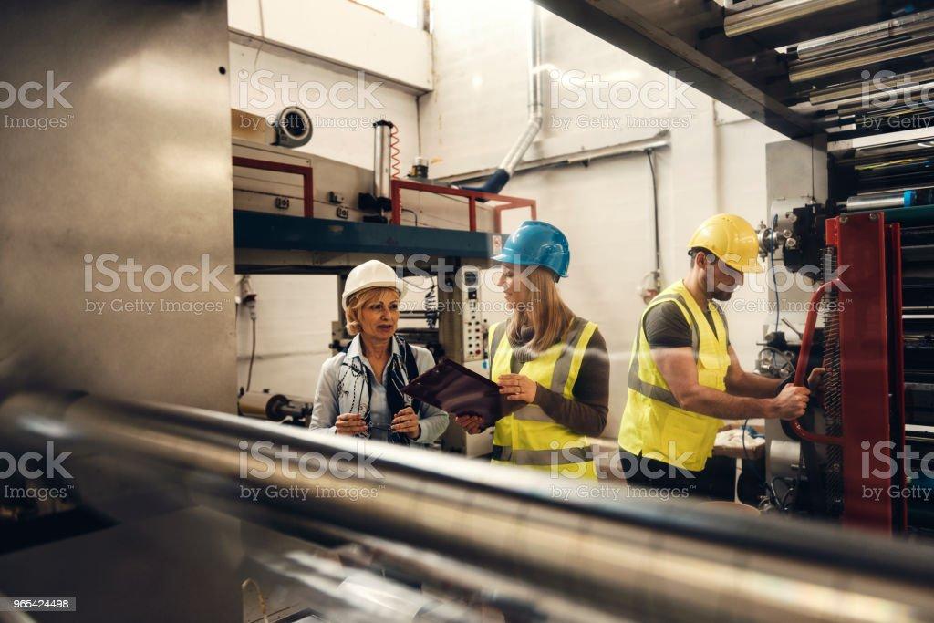 공장에서 품질 검사 팀 - 로열티 프리 검사-보기 스톡 사진