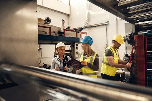공장에서 품질 검사 팀 검사-보기에 대한 스톡 사진 및 기타 이미지