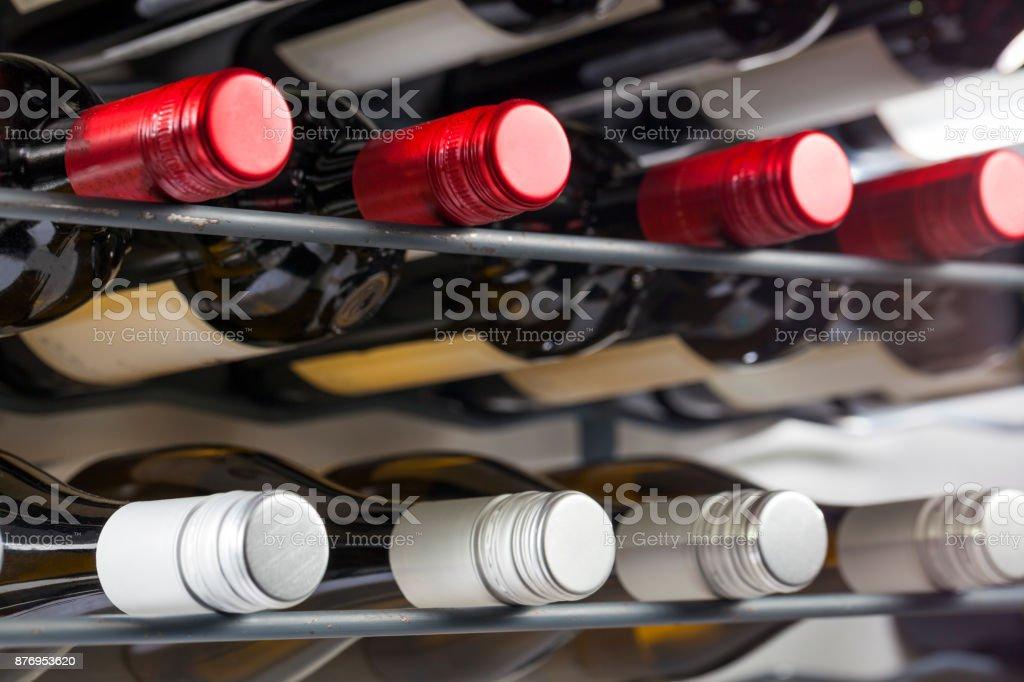 Kwaliteit wijnflessen met schroefdoppen in een Wijnrek foto