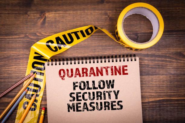 Quarantäne. Befolgen Sie die Sicherheitsmaßnahmen. Gelbes Kunststoff-Warnband – Foto