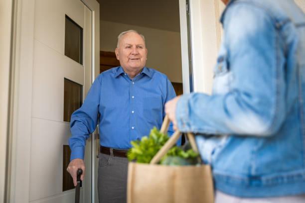 Quarantäne – Frau hilft Senior-Mann – Foto