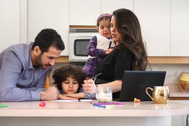 Karantinaya alınmış aile covid-19 için çocuklar du ile telecommuting stok fotoğrafı