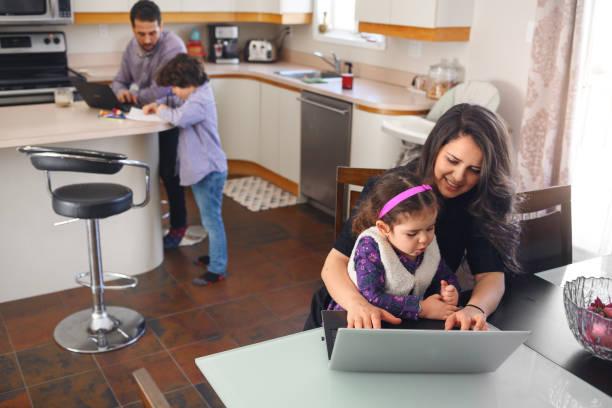 Karantinaya alınmış aile çocuklarla iş birebir stok fotoğrafı