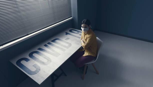 Unter Quarantäne Frau mit covid-19 trägt eine Gesichtsmaske – Foto