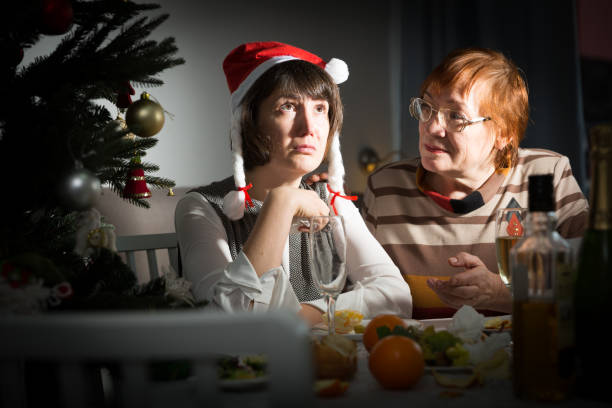 Streit zwischen älterer Mutter und erwachsener Tochter in der Weihnachtsnacht – Foto