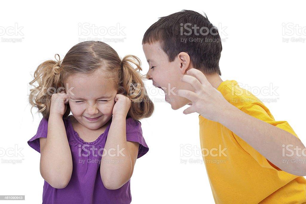 Quarreling Kinder-Jungen schreien für Mädchen – Foto