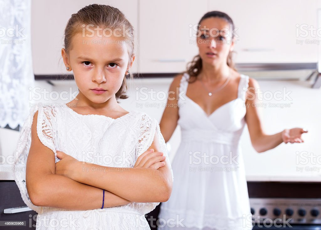 quarrelling mulher e criança feminino - foto de acervo