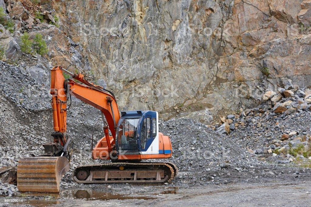 Steinbruch-Aggregat mit heavy-Duty-Maschinen. Bauindustrie – Foto