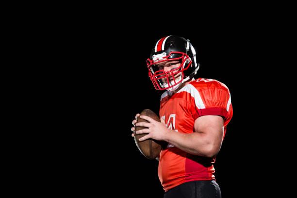 Quarterback-Porträt auf schwarzem Hintergrund – Foto