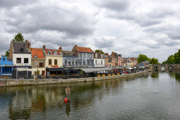 quay of belu with traditional houses and somme river in amiens - paz de amiens imagens e fotografias de stock