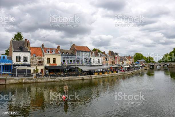 Quay Of Belu With Traditional Houses And Somme River In Amiens - Fotografias de stock e mais imagens de Amiens