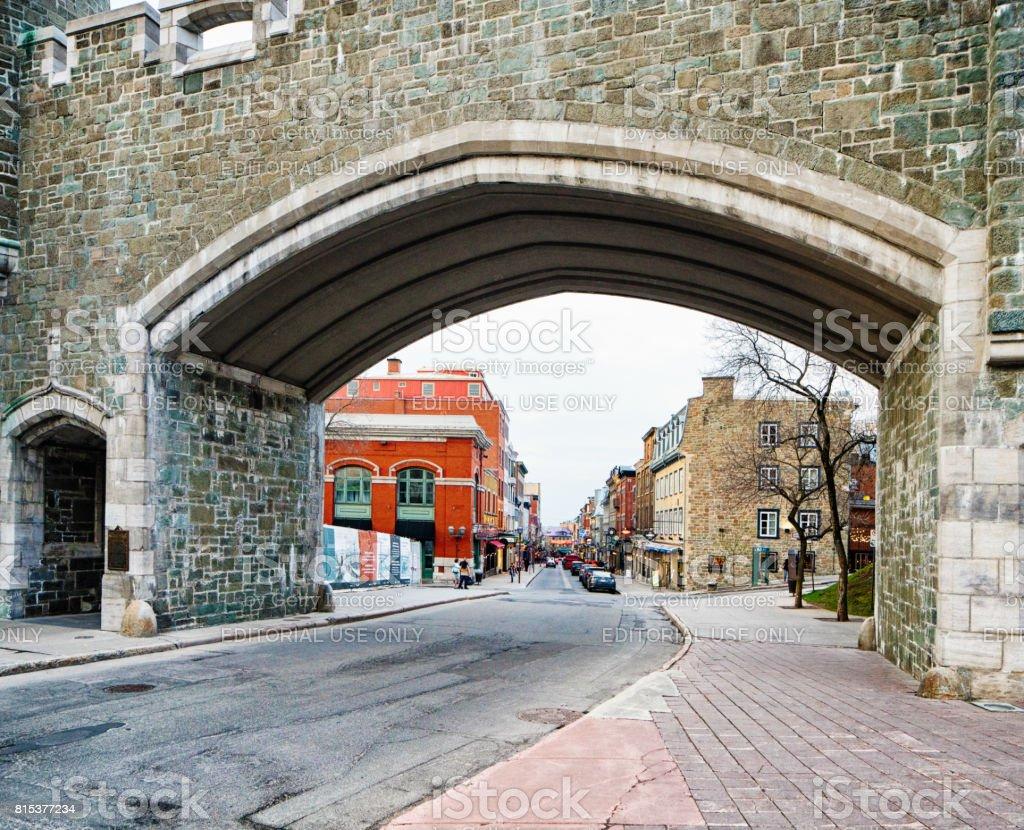 Porte en pierre avec scène de rue derrière saint jean québec photo libre de droits