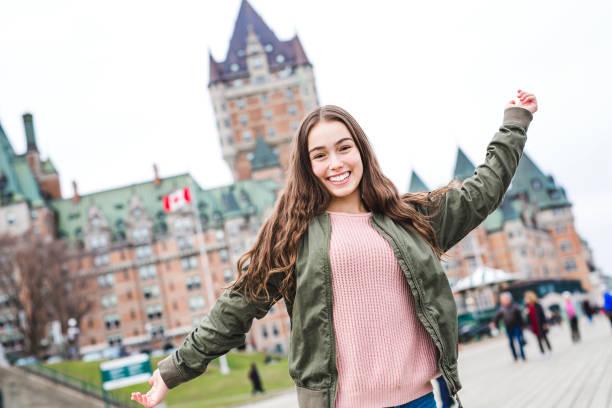 paisaje de la ciudad de quebec con chateau frontenac y adolescente disfrutando de la vista - viaje a canadá fotografías e imágenes de stock