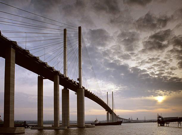 ponte queen elizabeth ii - estuário imagens e fotografias de stock