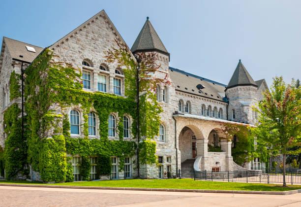 queen's university ontario hall - ivy building imagens e fotografias de stock