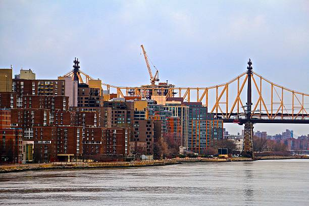queensboro bridge and roosevelt island - aleks66 stock pictures, royalty-free photos & images