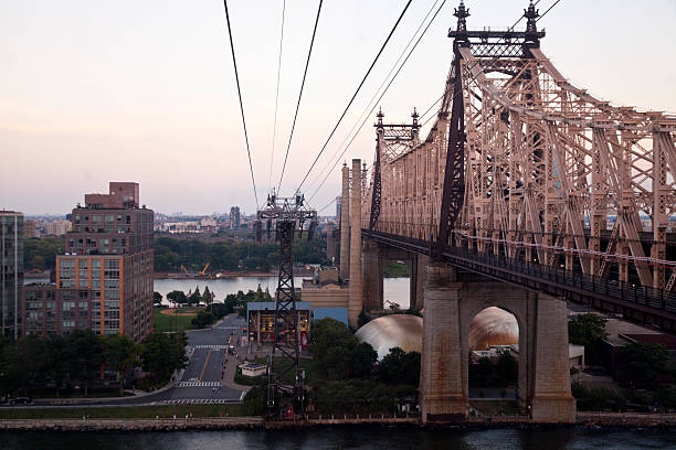 queensboro bridge a new york city - roosevelt island foto e immagini stock